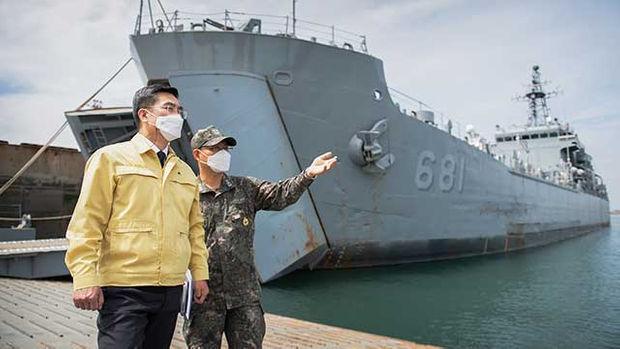 '집단감염' 해군 상륙함 확진자 5명 늘어…군 확진자 10명 추가